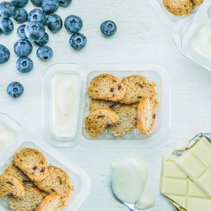 image of white chocolate blueberry bagel dip